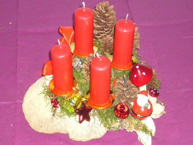 Mittleres 4er Gesteck, ca. 30 cm im Durchmesser mit 4 roten Kerzen, Moos, Eichen - Wirrling und Weihnachtsdekoration zu 12,50 €.