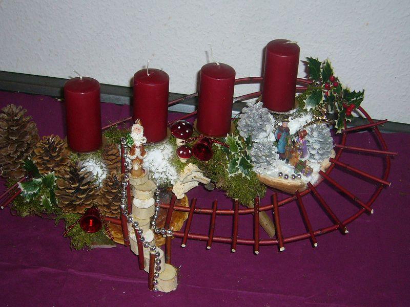 Weihnachtliches Treppen- und 4er Gesteck mit dunkelroten Kerzen auf Astgabel mit Rotrandigem Baumschwamm, ca 40 cm lang und 20 cm tief für 25,00 €.