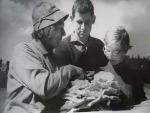 Kreisbeauftragte für Pilzaufklärung Annalotte Heinrich in den 1960er Jahren während einer Pilzwanderung und Erläuterungen zum Schwefelporling. In der Mitten sehen wir unseren noch heute sehr aktiven Pilzfreund Hans - Jürgen Wilsch in jungen Jahren.