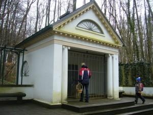 Der Tempel des Glashäger Quellentals. 1906 ließ der damalige Besitzer des Gutes Glashagen die zahlreichen Quellen untersuchen und es stellte sich heraus, dass es sich um ein vorzügliches Mineralwasser handelt.