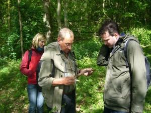 Klaus Warning (Mitte) beim Fachsimpeln mit Armin Büttner über Pyrenomyceten.