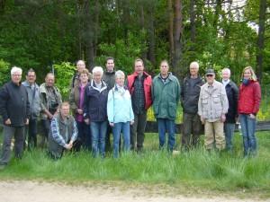 Das obligatorische Abschlußfoto haben wir kurz bevor Irena mit ihrem Imbiss kam aufgenommen, es zeigt aber alle 15 Teilnehmer unserer heutigen Frühjahrsexkursion am Barniner See. 13.05.2012.