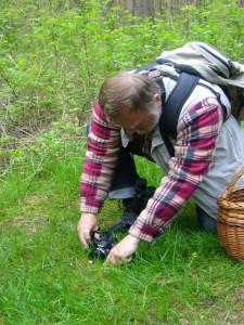 Christopher Engelhardt aus der Hansestadt Lübeck ist ein begeisterter Naturliebhaber. Er engagiert sich im Natur- und Umweltschutz und bietet ebenfalls Naturwanderungen an. Hier sehen wir ihn beim Fototermin mit einen Kiefern - Zapfenrübling. 19.05.2012.