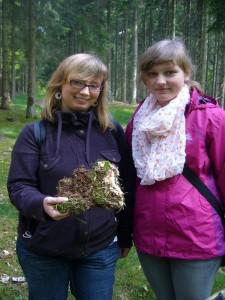 Dieses mit dem Waldboden verfilztes Exemplar ist ein Wurzelschwamm, den diese beiden jungen Damen, Sina Mews und Nina Riedl, hier gefunden haben. Zahlreiche Fichten sind hier von diesem großen Forstschädling befallen!