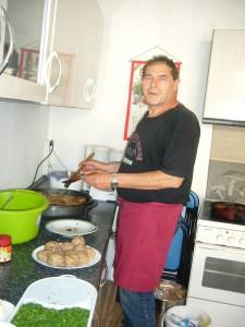 Peter Kofahl war heute mit dem Abbraten unserer Pilzbouletten und und dem pannierten Schwefelporling beschäftigt.