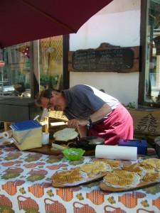 Unser dienstälteste Pilzfreund Hans Jürgen Wilsch war für das Abbacken unserer leckeren Frischeiwaffeln nach hauseigner Rezeptur zuständig.