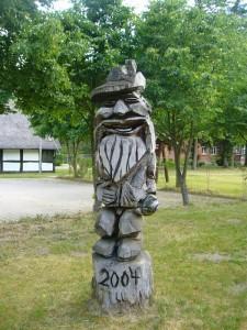 Anscheinend seit dem Jahr 2004 begrüßt dieser Zünftige Förster seine Gäste und Wandersleute auf dem Fortshof.