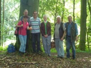 Das Waldgebiet war recht klein und das Frischpilzaufkommen minimalistisch. Diesem Umstand geschuldet, war auch unsere Wandergruppe heute zufälliger weise recht überschaulich. 30. Juni 2012 im Wald bei Warnkenhagen.