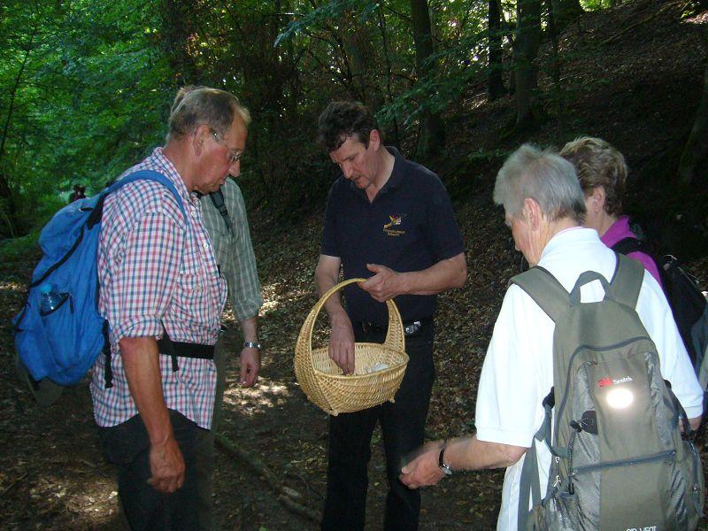 Sicherheitshalber läßt der junge Mann aus Crivitz seine so eben gefundenen Pilze von Berater Klaus Warning kritisch beäugen.