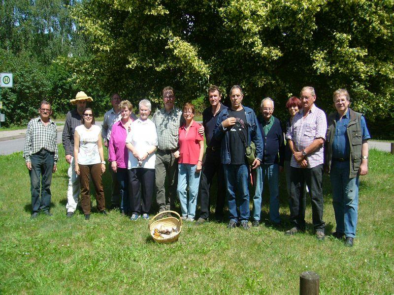 Auf unserem Abschlussfoto in Augustenhof sind zwar nur 14 Leute zu sehen, wir warn aber 16 Pilz- und Naturfreunde, die heute am Ufer der Warnow von Muchelwitz bis Augustehof bei schönstem Sommerwetter unterwegs waren. 08.Juli 2012.
