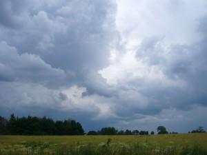 Die herannahende Kaltfront zwang die aufgeheizte und feuchte Luft zum Aufsteigen und es bildeten sich mächtige Gewitterwolken, so wie hier am Nachmittag bei Wismar. In wenigen Minuten setzen Sturmböen und heftige Regenschauer samt Blitz und Donner ein.