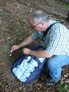 Hier demonsriert uns Jochen Schöttker aus Hamburg anhand eines Kalksteins mit aufträufeln von 24 % Salzsäure