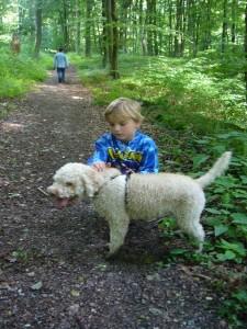Dabei machte es Jonas sehr viel Spaß mit Trüffelhündin Alisar vom Büchsenstein den Wald auf der Suche nach diesen begehrten Köstlichkeiten unsicher zu machen.