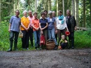 Gegen Mittag war unsere Wanderung durch das Bernitter Holz beendet und alle versammelten sich zu unserem obligatorischen Abschlußfoto. Die Körbe waren zwar noch nicht überfüllt, aber es wird schon besser!. 28.07.2012.