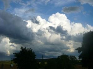 Mächtig und drohend türmen sich die gewaltigen Gewitterwolken auf!