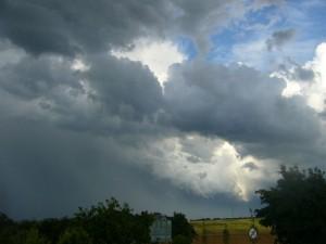 Wenige Minuten später läßt sich bereits erahnen, was in kürze folgen sollte. Links ist eindrucksvoll der bevorstehende Wolkenbruch mit Hagelvorhang zu erkennen.