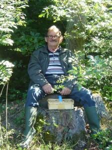 Dieser Waldschratt, der es sich auf einem dicken Stubben am Wanderweg gemütlich machte, kam uns bekannt vor. Er stellte die Verbindung von den bereits vrauseilenden Wanderfreunde, und den stets etwas hinterher hinkenden, wissbegierigen Pilzfreunden her. Es ist unser Urgestein Hans Jürgen Wilsch.
