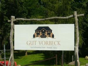 Direkt an die Warnow grenzt auch der großzügig angelegte Freizeitpark Gut Vorbeck. Hier kann z. B. mit dem Boot die Warnow entlang gerudert werden. mit dem Pferd ausgeritten werden oder auch die umfangreiche Winston - Golfanlage bespielt werden.