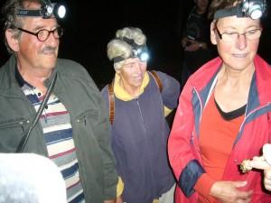 Hans-Jürgen Wilsch, Bärbel Wirth und Erika Wittenhagen von unserer Pilzgruppe schauen ihn sich nochmals unter Flutlicht ihrer Lampen an.