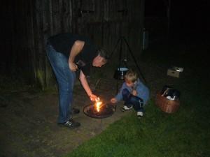 Peter und Jonas bereiten das Grillkohlefeuer für unseren Dreibock vor, auf dem dann ein zünftiger Erbseneintopf zum Köcheln gebracht wurde.