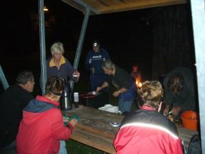 Bärbel verteilt Kaffee und Tee, Irena schenkt die Pilzsoljanka aus und Hans - Jürgen öffnet die Konservendosen mit dem Erbseneintopf. Es gab auch Bockwurst und Brötchen dazu.