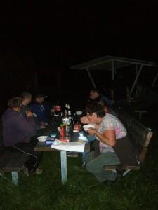 Für einen ausgiebigen Imbiss um Mitternacht zwar eine etwas ungewöhliche Zeit, aber dennoch schlug jeder kräftig zu, denn so viel frische Waldluft macht bekanntlich hungrig.