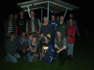 Und gegen 1.30 Uhr schließlich noch unser obligatorisches Abschlußfoto der ungewöhnlichsten Pilzwanderung die wir je gemacht haben 16 Teilnehmer und einem Hund.