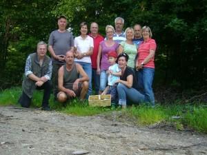 nach einer kleinen Stärkung mit Kaffee und belegten Brötchen versammelten sich kurz vor der Heimfahrt nochmals alle 12 Teilnehmer zum abschließenden Erinnerungsfoto.