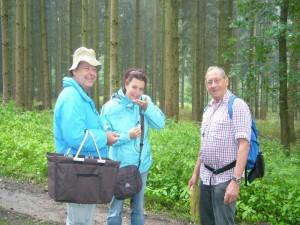 Der Duft des Langstieligen Knobluch - Schwindlings, den Klaus Warning (rechts) unseren Gästen aus dem Schwabenland zur Geruchsprobe überreichte macht Laune.