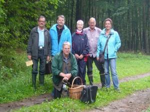 Und wie immer zum Schluß versammelten wir uns wieder zu unserem Abschlußfoto. Sechs Leute waren wir heute und erlebten eine mykologisch recht interessante Wanderung durch das alterhwürdige Herrenholz bei Sternberg. 25.08.2012.