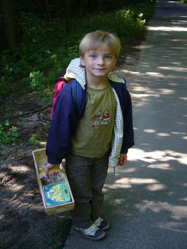 Auch Jonas ist schon Marschbereit und hat sich der Gruppe von Papa angschlossen. Anstatt mit Pilzen, füllte sich sein Korb später mit Steinen und da diese bekanntlich schwer sind, mußte Papa den Korb schließlich zusätzlich tragen.