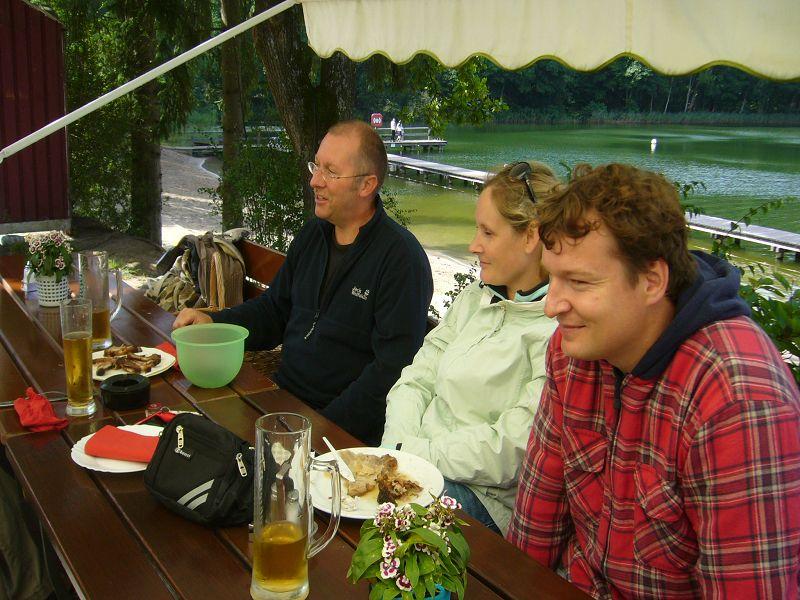 Auch die Pilzfreunde um Torsten Richter (Bildmitte) aus Rehna machten es sich an der Blockhütte beim Pils gemütlich.