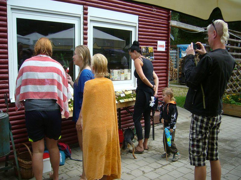 Nachdem die Ausstellung stand, weckte sie auch wieder das Interesse der Besucher, Camper und Badegäste des Roten Sees.