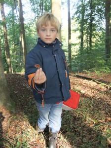 Und schon hat Jonas wieder etwas entdeckt, was sich doch lieber Papa erst einmal anschauen sollte. Es sieht nach einem Waldfreund - Rübling aus und der wäre sogar essbar. Foto: Sina Mews.