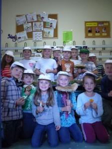 Unterdessen hatte es Jonas geschafft, seine Klassenkameraden für das Thema Pilze zu begeistern und es gab heute einen Thmentag Pilze bei den zwetklässlern der Brüeler Schule. Der Klassenraum wurde mit selbst gezeichneten Pilzbildern ausgeschückt und Jonas hatte dazu auch tolle Frischpilze mitgebracht.
