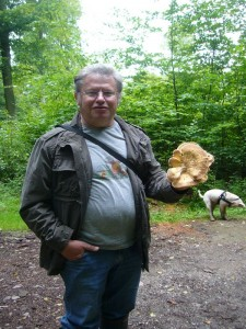 Ulrich Klein freut sich über diesen jungen Riesenporling, der in diesem Stadium sogar gegessen werden kann.