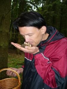 Der Geruch spielt bei der Bestimmung vieler Pilzarten eine entscheidende Rolle.Tino Plümecke aus Frankfurt am Main riecht am Anis - Zähling und ist beeindruckt über diesen wunderbaren Duft.