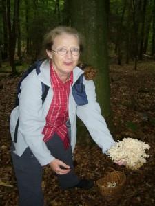 Monika Leister aus Lübeck freut sich über eine Krause Glucke. Endlich auch mal eine Pilzart, die Sie ohne weiteres selber erkennen und bestimmen könnte.