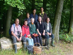 Nach etwa 8 Km Waldwanderung haben wir eine kleine Verschnaufpause verdient. Wir nutzten sie hleich für unser obligatorisches Gruppenfoto zur Erinnerung an eine schöne Pilzwanderung durch den Staatsforst Ivendorf. 08. September 2012.