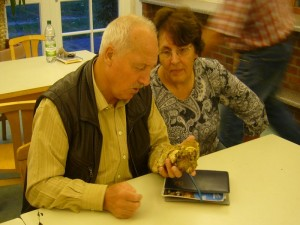 Hier sehen wir die Pilzberater Hannelore Michael aus Neustadt - Glewe und Chrstoph Cretschmer aud Teterow bei der Begutachtung des blassen Satans - Röhrlings, den ich von Wismar mitbrachte.