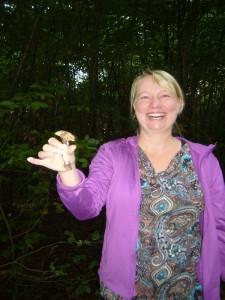 Auch diese junge Dame freut sich über ihren ersten Pilzfund.