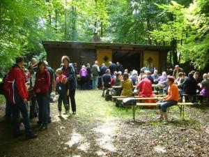 Gegen 13.00 Uhr versammelten sich alle Pilzwanderer wieder am alten Forsthof, wo es schon lecker nach Pilzpfanne roch.