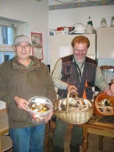 Am 27.09. waren nicht nur die Hamburger unterwegs, sondern zahlreiche Pilzfreund der Gemeinnützigen Gesellschaft Wismar, so auch Peter Kofahl und Thomas Harm (von links). Wie mann sieht wurden auch sie reichlich fündig und brachten neben vielen anderen Arten auch herrliche Riesenschirmpilze mit.