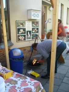 Pilzfreund Hans Jürgen Wilsch entfacht das Grillfeuer für unseren Dreibock für unsere herzhafte Waldpilzsuppe nach Art des Hauses.