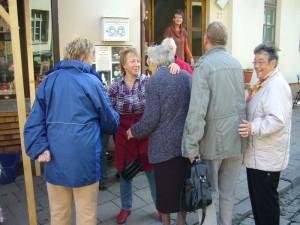 Irena begrüßt Tante Gerdi aus Wismar, die sich immer sehr auf unseren Imbiss freut und Klaus Warning mit seiner Frau, die uns aus Bützow besucht haben.