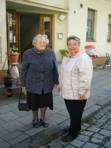 Hier sehen wir noch mal Tante Gerdi (links), die seit Jahren keinen Imbiss ausläßt und rechts neben ihr Inge Schellbach. Sie angagiert sich viele Jahre ehrenamtlich im sozialen Bereich und ist zur TZeit besonders in der Albanienhilfe des Christlichen Hilsvereins Wismar e.V. aktiv. Als sie merkte, dass es enge bei Irena am Imbisstand wurde, sprang sie wie schon oft in früheren Jahren spontan ein.