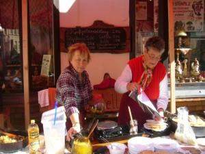 Und dann ging es an unserem Imbissstand zwei Tage rund. Pilzsuppe uns Pilzsoljanka, Reispilzpfanne mit Hänchenkeule, Schwefelporlingspfanne und natürlich unsere frischen Waffeln waren wieder der Renner.