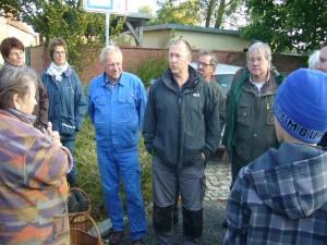 Eröffnet wurden die Tage der Pilze 2012 am Sonnabend, dem 13. Oktober gegen 09.45 Uhr vom Vorsitzenden des Pilzvereins Torsten Richter (Mitte). Links neben ihm sehen wir den Pilzexperten Prof. Dr. Jürgen Schwik und rechts Reinhold Krakow vom Steinpilz - Wismar.