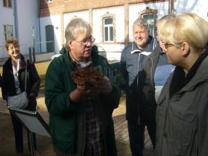 Ein abschließendes Gruppenfoto kam heute leider nicht zu stande, deshalb soll diese Foto den kleinen Bericht von unserer Pilzwanderung durch den Botelstorfer Wald beschließen. Aufgenommen wurde es kurz nach der Ankunft von unserer Pilzwanderung während einer Pilzberatung auf dem Hof der alten Klosteranlage zu Rehna am 13. Oktober 2012.