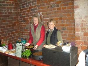 Für das leibliche Wohl sorgten wieder ganz vorzüglich Petra Nickel und Irena Dombrowa. Vorzüglich waren auch ihre Speisen wie z. B. Waldpilzsuppe und Pilzpfanne. Nebemn einige anderen Walpilzen waren diesesmal hauptsächlich schmackhafte Pappel - Ritterlinge und Stockschwämmchen darin enthalten.